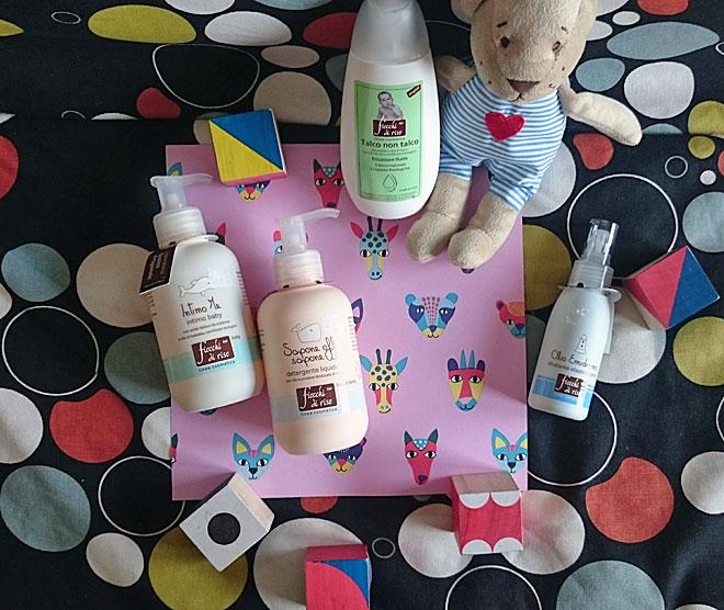 attachment-parenting-coccole-neonati-figli-attaccamento-montessori